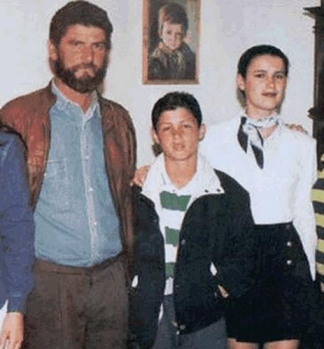 Семья. Мать Криштиану – домохозяйка Мария Долорес, отец – Хосе Диниш, занимался футболом на любительском уровне, был админстратором в детской футбольной команде, скончался в 2005 году.