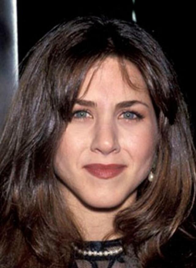 Дженнифер Энистон. Возможно виной тому стиль 90-х, но в молодости актриса выглядела менее привлекательно, нежели теперь.