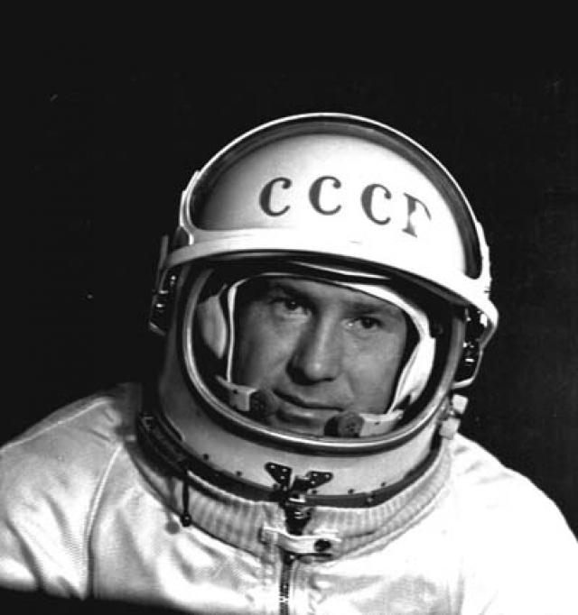 В ходе этого полета Леонов совершил первый в истории космонавтики выход в открытый космос продолжительностью 12 минут 9 секунд. Во время выхода проявил исключительное мужество, особенно во внештатной ситуации, когда раздувшийся космический скафандр препятствовал его возвращению в космический корабль.