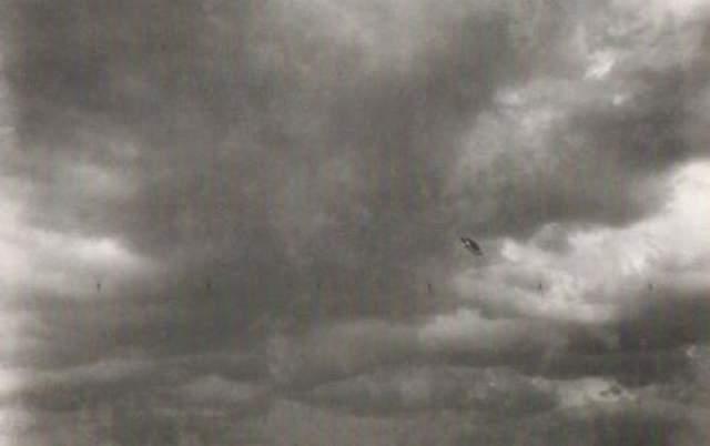 Розетта/Натал, Южная Африка, июль 1956-го года Фотографию сделала метеоролог Элизабет Кларер прямо перед грозой. Подлинность снимка была нотариально подтверждена, а сама Элизабет до самой своей смерти в 1994-м году в возрасте 83 лет настаивала на том, что действительно видела в небе непонятный объект.