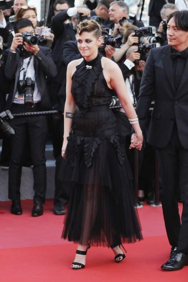 """Кристен Стюарт. Черный цвет выбрала и 28-летняя звезда """"Сумерек"""", но, как полагают зрители, Стюарт не повезло в этом году со стилистом. Модные эксперты нарядили девушку в полупрозрачный наряд."""