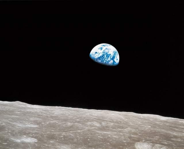 """Восход Земли, Уильям Андерс, 1968. Фото сделано с борта космического корабля """"Аполлон-8"""", выполнявшего четвёртый виток по орбите искусственного спутника Луны. Эта фотография является одной из самых известных фотографий Земли из космоса."""