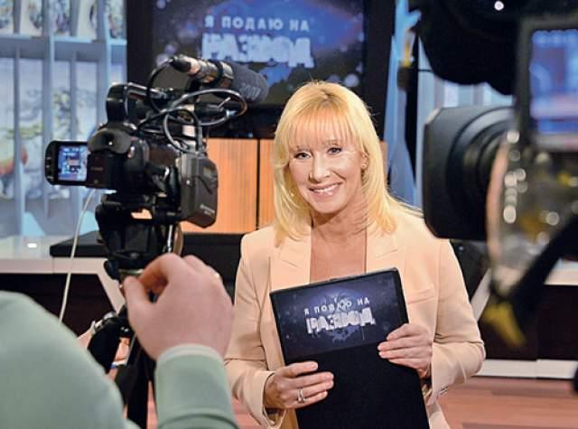 """Затем Оксана вернулась на """"Первый канал"""", где вела передачу """"Я подаю на развод"""". Многочисленные перипетии своей карьеры на ТВ ведущая описала в книге """"Жизнь за кадром"""" в 2007 году. Сейчас Пушкина - депутат Государственной Думы."""
