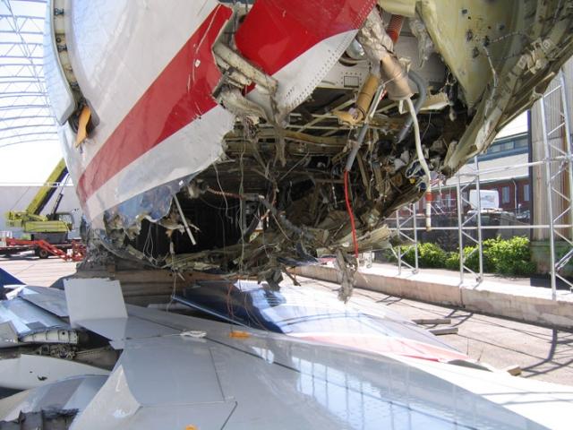 Удар был очень сильным. Самолет как будто подскочил, затем замедлил ход и заскрежетал. Но пассажиры радовались тому, что им удалось избежать смерти. Никто еще не подозревал, что в результате удара в хвосте самолета образовалась трещина.