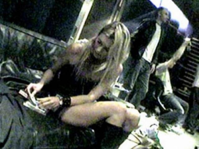 Но публикация кадров, на которых девушка употребляет кокаин стали настоящим скандалом, после которого ряд модельных агентств порвали с ней контракты.