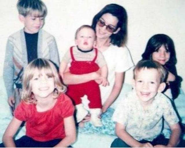 В 1981-м году Сьерра-Неваде, штат Калифорния, Сью Шарп и пятеро ее детей в течение двух месяцев арендовали небольшой домик на популярном курорте Кедди. На фото: Сью Шарп и ее дети