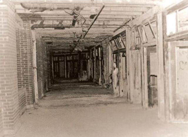 Фото сделано в заброшенном санатории Вэйверли Хиллс, в котором лечили туберкулез. Т.к. эффективного лечения на тот момент не было, смертность была очень высокой.