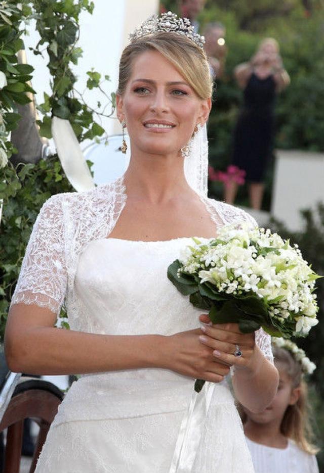 На невесте было роскошное платье, богато отделанное кружевом, изготовленное в модном доме Дианы фон Фюрстенберг, где Татьяна ранее являлась организатором различных мероприятий и показов.