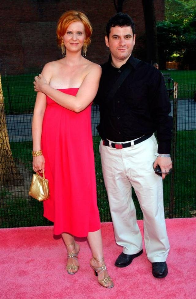 """Синтия Никсон. Звезда """"Секса в большом городе"""" жила в браке с Дэнни Мозесом 16 лет, за которые родила ему двоих детей. Однако в 2003 году Синтия подала на развод из-за нового романа."""