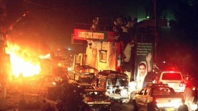 Первая в истории страны женщина-премьер навлекла на себя гнев ряда террористических организаций, которые поддерживали коррупционный режим, тогда как она жестко противостояла президенту-диктатору Первезу Мушаррафу.