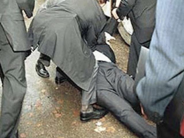 """Самое удивиетельное, что после удара яйцом Янукович упал, и его даже госпитализировали. А официальная версия гласила, что в него попали """"тяжелым тупым предметом""""."""