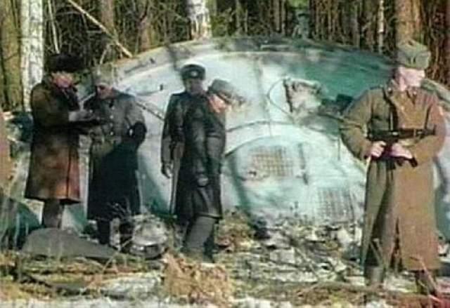 Вскрытие пришельца по-русски В 1988 году канал TNT обнародовал видеозапись, сделанную почти за 30 лет до этого - в 1969 году. На видео можно наблюдать как советские военные обследуют НЛО, который якобы упал в Свердловской области.