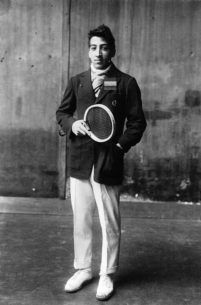 Lacoste — Рене Лакост. В 20-е годы 20 века в теннис играли в рубашках с длинным рукавом. Для одного из турниров Рене сам сшил себе из легкой трикотажной ткани рубашку поло с короткими рукавами.