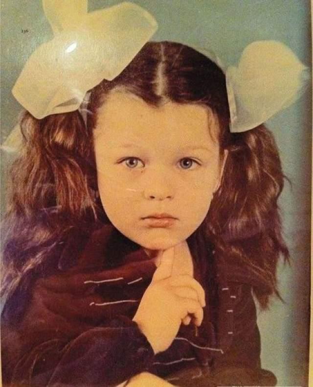 Милла Йовович в 4 года