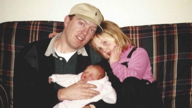 Патрик Хардисон в 2001 году получил серьезные ожоги, попытавшись спасти женщину из горящего трейлера. После инцидента пожарный почти утратил зрение, а его лицо потеряло все характерные черты. На фото: Патрик Хардисон с дочерьми в 1999 году