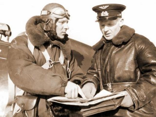 В первый день войны, 22 июня, сразу несколько летчиков совершили тараны. Среди них - младший лейтенант Дмитрий Кокорев, который в районе Замбро протаранил «Мессершмитт» и остался жив. На фото: младший лейтенант Дмитрий Кокорев (слева)