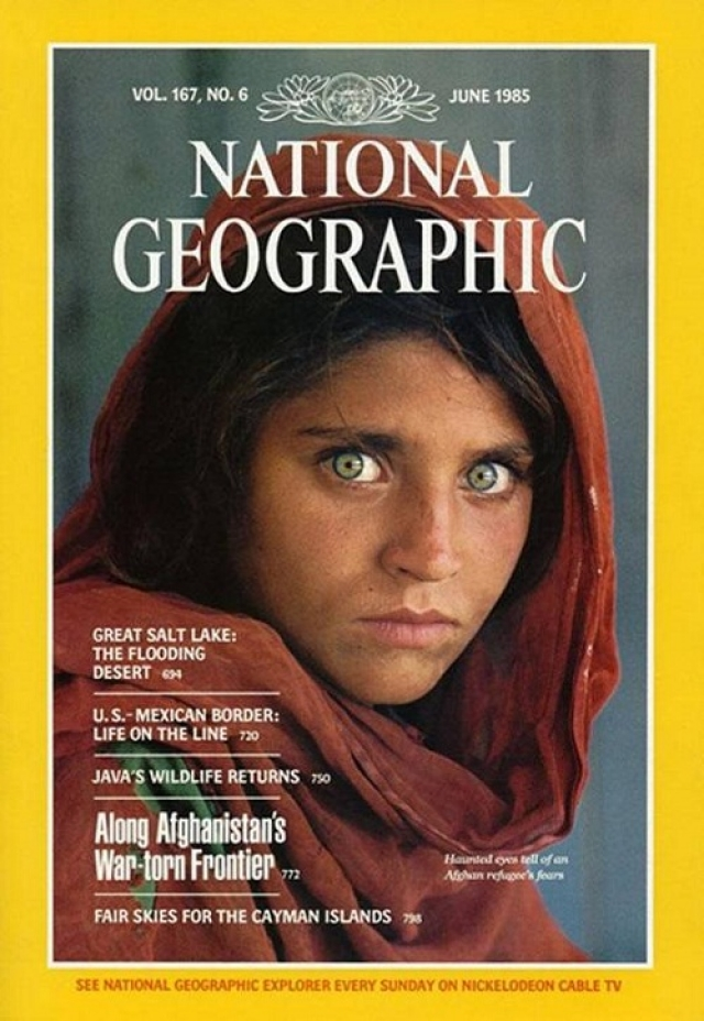 National Geographic, июнь 1985. Культовая фотография Стива МакКурра - 12-летняя афганская девочка, сфотографированная им в лагере беженцев на границе Афганистана и Пакистана в рамках исследования вопроса о голубых глазах на Среднем Востоке.