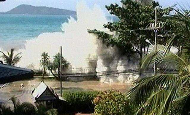 Землетрясение в Индийском океане. 26 декабря 2004 года землетрясение стало причиной цунами, признанного самым смертоносным стихийным бедствием в современной истории . Магнитуда землетрясения по разным оценкам составляла от 9,1 до 9,3, это второе или третье по силе землетрясение за всю историю наблюдения.
