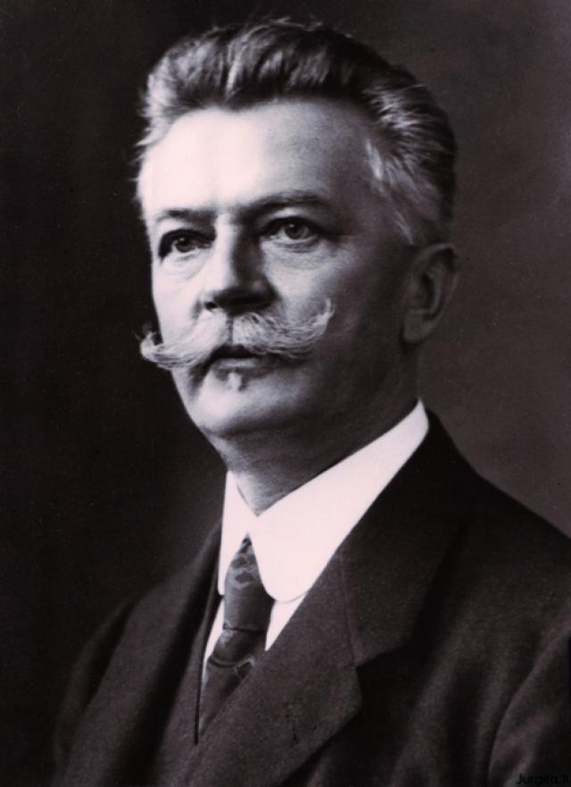 Swarovski. Даниэль Сваровски создал первый в мире электрический шлифовальный станок для огранки хрусталя и драгоценных камней, что позволило ему поставить на поток процесс создания страз.