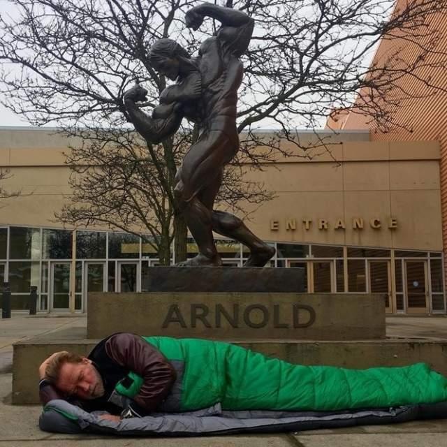 Арнольд спит под памятником самому себе. Колумбус, штат Огайо, США. 2016 год.