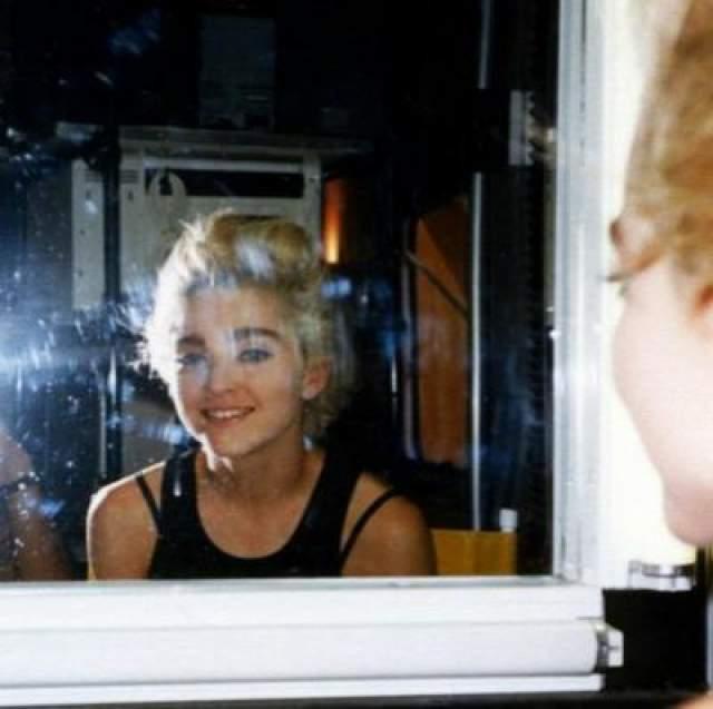 """У певицы свое отношение к поливке. Мадонна терпеть не может Джорджа Буша. Клип к песне """"American Life"""", в которой она демонстрирует негативное отношение к его политике, запретили пучи во всех странах мира."""