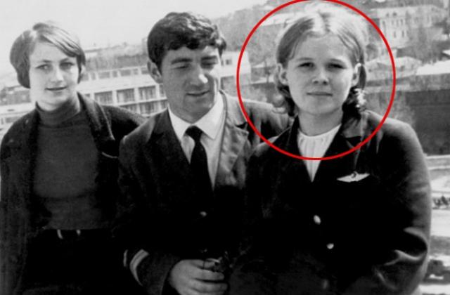 Спустя 10 минут после взлета мужчина в форме капитана советской армии и подросток подозвали бортпроводницу Надежду Курченко и, угрожая оружием, приказали передать записку пилотам с требованием лететь в Турцию.