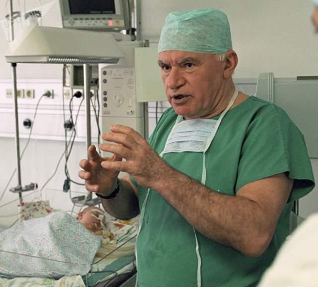 Особой заслугой Лео Антоновича является выполнение первых в СССР операций полностью имплантируемых искусственных желудочков сердца.