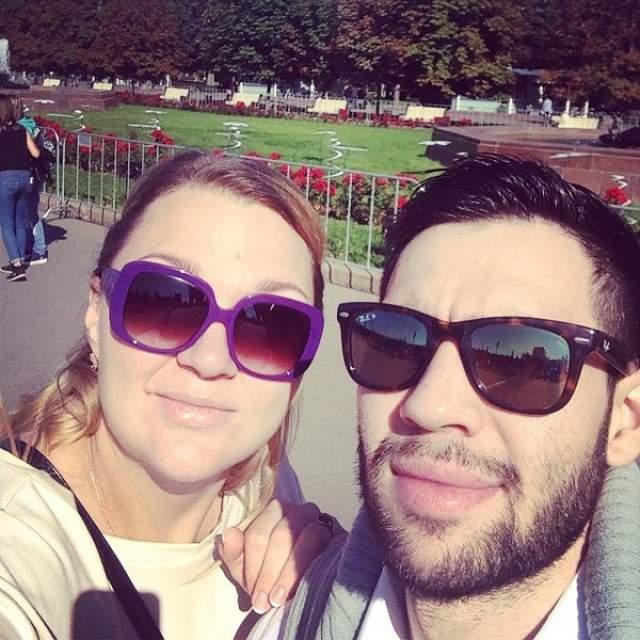 Как оказалось, им стал иорданец Раед Бани, с которым она познакомилась в Египте: парень увидел выступление Ангарской и был впечатлен ее голосом, после чего решил познакомиться.