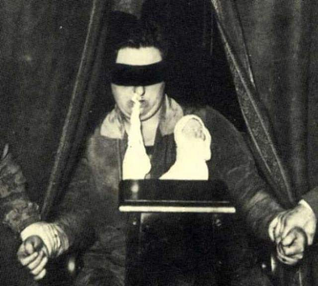 Хелен Дункан Хелен Дункан была шотландской ясновидящей и одной самых неоднозначных фигур в истории сновидения. Ее не раз уличали в обмане: Дункан проводила сеансы, во время которых она выпускала эктоплазму изо рта. На своих сеансах экстрасенс осталась связаться с духами умерших.