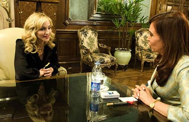 Мадонна и Кристина Фернандес де Киршнер. Президент Аргентины тепло встретила певицу из США в своем замке Casa Rosada, где в 1996 году она уже бывала - на съемках фильма.