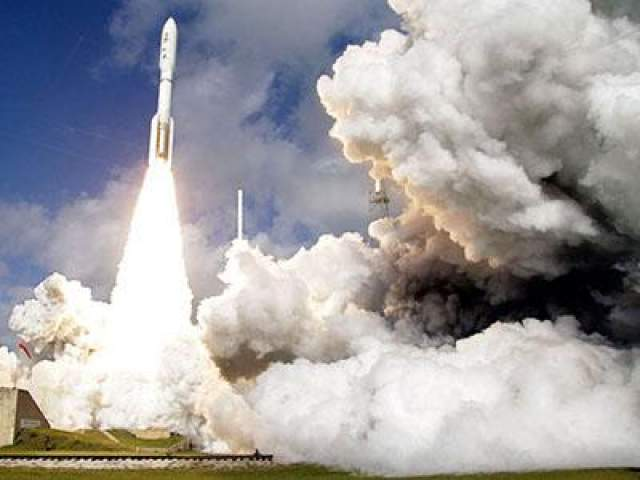 Когда Марсоход Curiosity отправился в свое путешествие, между Марсом и Землей было чуть больше 200 млн км. Но космические аппараты не могут летать по прямой из-за гравитации - самой таинственной силы во Вселенной. На фото: - Путешествие начинается, мыс Канаверал, штат Флорида, 26 ноября 2011 года.