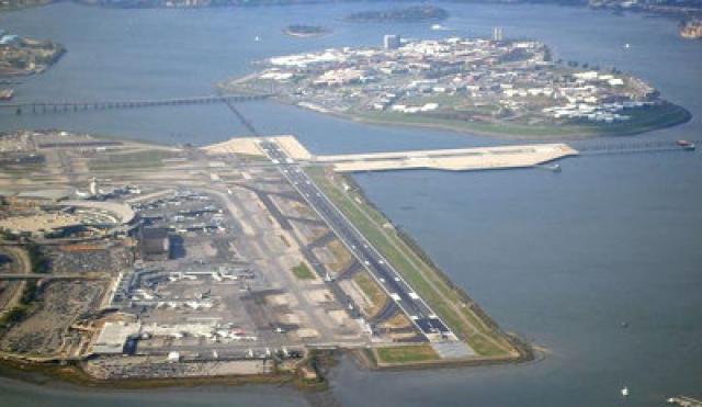 Для рейса 1549 освобождают посадочную полосу в аэропорту Ла-Гуардиа, который находится в 11 километрах. Но пилоты понимают, что не дотянут до аэропорта. Можно попробовать сесть в аэропорту Тетерборо в Нью-Джерси, но до него тоже почти 10 километров.