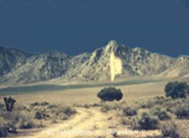 НЛО над озером Изабелла, штат Калифорния - 1957 год Автор фото - молодой человек, который со своей невестой ехал через южную часть Сьеры-Невады, носящей сейчас название Изабелла, на Harley-Davison. Молодые нашли старую грунтовую дорогу, которая вела на дно пересохшего озера, и свернули с главной дороги, чтобы поснимать природу. Тогда, никто из них не заметил ничего необычного. После проявки снимков, в кадре они увидели нечто необъяснимое. По-мнению Kodak Labs, снимок является подлинным.