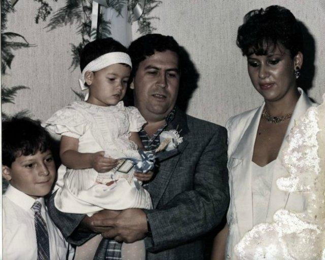 В марте 1976 года, в возрасте 27 лет Пабло Эскобар женился на своей подружке Марии Виктории Энео Виехо. Через месяц у них родился сын Хуан Пабло, а через три с половиной года - дочь Мануэлла. Семья стала серьёзной помехой ведению дел патрона, потому что как и все семейные люди, преступник стал уязвимым.
