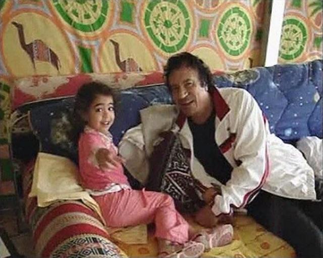 В быту Каддафи был неприхотлив, вел жизнь аскета, увлекался вегетарианством, не пил кофе, чая и алкогольных напитков, не курил, ел очень мало, в основном простую пищу.