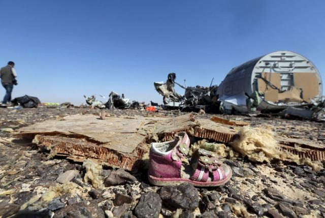 39. 31 октября в Египте разбился российский самолет А-321 , летевший из Шерм-эль-Шейха в Петербург. 224 пассажира и членов экипажа погибли. Директор ФСБ Александр Бортников заявил, что на борту самолета произошел теракт.
