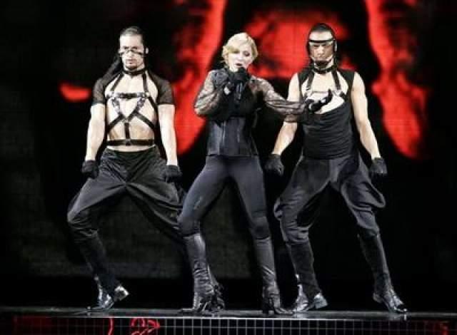 """Следующий диск """"Confessions on Dance Floor"""" появился в 2005 году. Альбом пользовался заслуженной популярностью, а организованный в его поддержку концертный тур стал самым успешным в ее карьере."""
