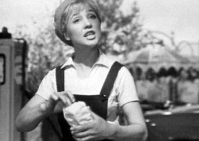 """В 1963 году Надежда Румянцева стала заслуженной артисткой РСФСР. И в следующем году она играет еще одного культового персонажа - Людмилу Добрыйвечер в легендарном фильме """"Королева бензоколонки""""."""