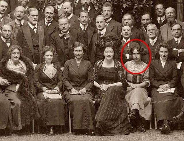 Тони Вульф стала музой психоаналитика в тяжелое для него время. Она стала его пациенткой в 1910 году, а в 1913-м курс анализа был закончен.