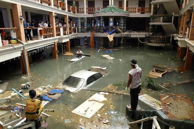 Здесь утонули 250 человек. Затем вода ринулась в направлении поселка Сад-раса, построенного всего в 6 км от АЭС. Там живут многие сотрудники станции. Жертвами цунами стали еще 30 человек.