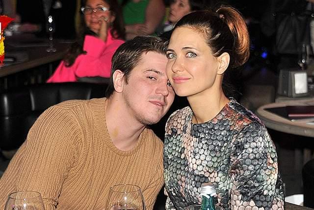 Но ненадолго: уже через год звезда снова вышла замуж за актера Гелу Месхи. Сейчас КЛимова все так же отлично выглядит, получает роли в кино и воспитывает четверых детей.