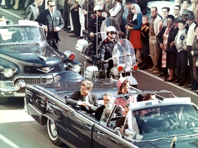 Джон Кеннеди 35-й президент США Джон Кеннеди был убит 22 ноября 1963 года в городе Даллас (штат Техас); во время следования президентского кортежа по улицам города послышались выстрелы.