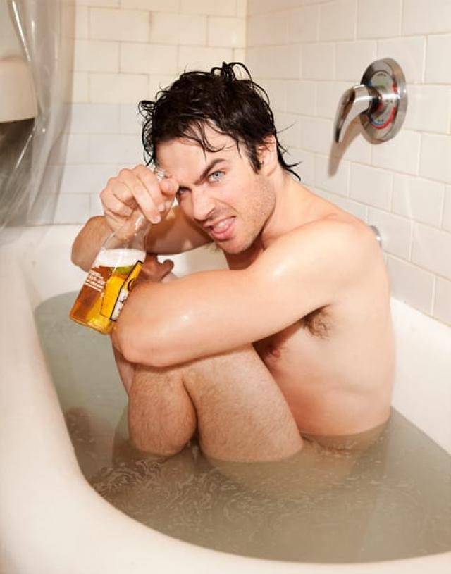 Иэн Сомерхолдер решил выпить в ванной пивка, о чем сразу же сообщил подписчикам.
