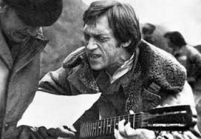 Главным оправданием музыканта со стороны публики был тот факт, что Высоцкий на своих спектаклях и концертах выкладывался на полную катушку, а наркотики на какое-то время компенсировали колоссальные энергетические затраты.
