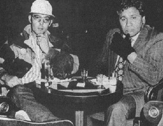 """Хантер Томпсон и его друг Оскар Зета Акоста, адвокат по профессии, совершили поездку в Лас-Вегас, чтобы написать о мотогонке. О том, насколько это путешествие было безрассудным, журналист рассказал в серии статей, а потом и в книге """"Страх и ненависть в Лас-Вегасе"""", все безумные приключения из которой были позже экранизированы."""