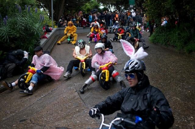 Гонки на трехколесных велосипедах. Соревнование для взрослых, которые соскучились по детству.