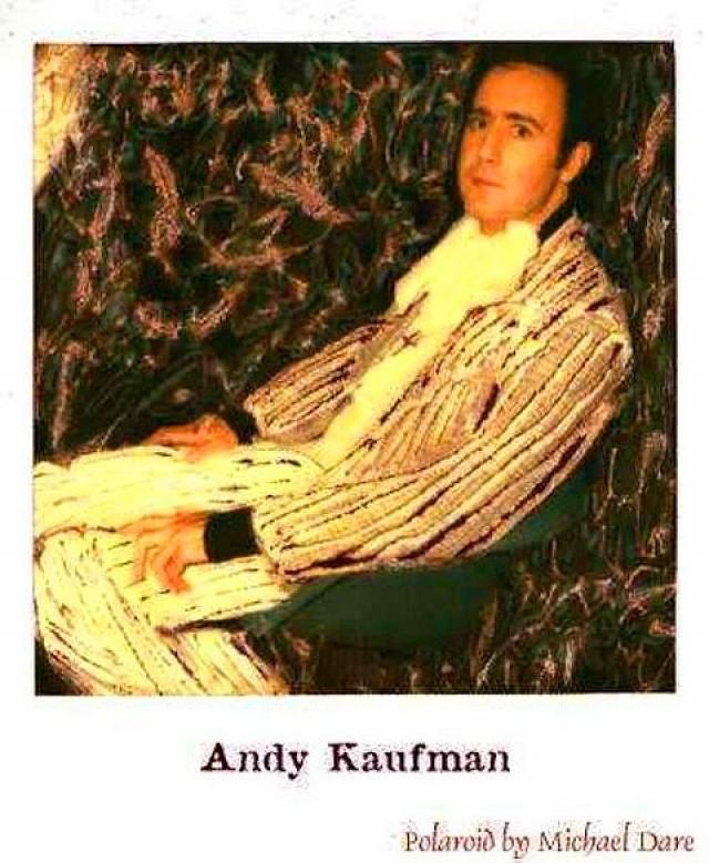 Американский комик и шоумен Энди Кауфман скончался от рака легких, а на последнем снимке он выглядит похудевшим и абсолютно обессилевшим.