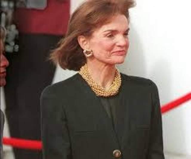 Свой имидж и женственность она сохранила до преклонных лет, что можно заметить по ее последнему фото. Жаклин Кеннеди-Онассис умерла во сне за два с половиной месяца до своего 65-го дня рождения.