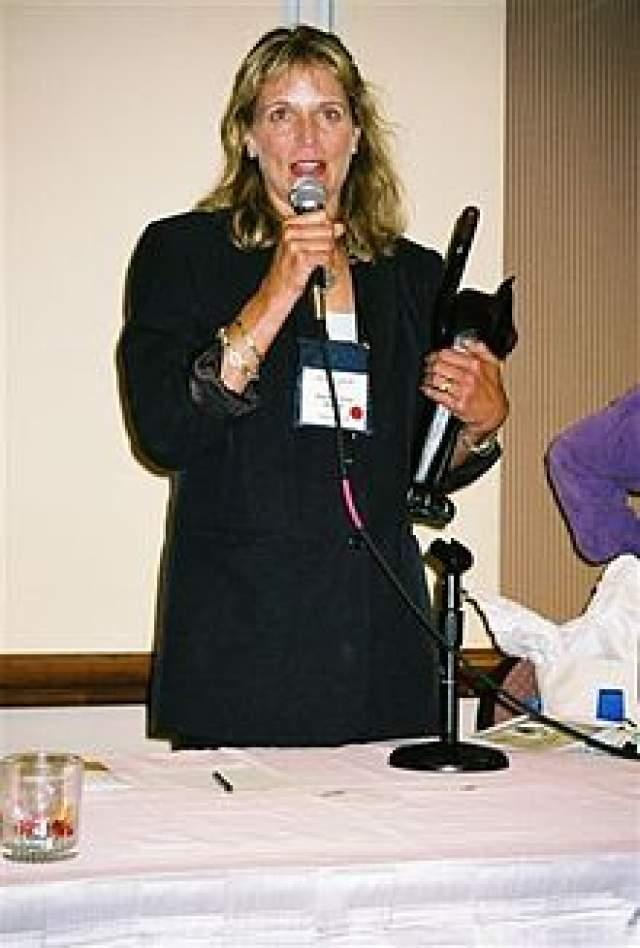 В 2000 году она родила дочь и перестала сниматься в кино, но начала писать детективные романы о рисовальщице открыток Уолли Шелли. Сейчас вышло четыре ее книги: одна их них удостоена специальной награды имени Агаты Кристи.