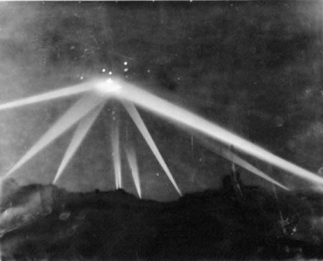"""Битва за Лос-Анжелес, 1942-й год Фотография-классика. На снимке запечатлены направленные на НЛО прожекторы и летящие в него баллистические снаряды во время события, позже названного """"Битвой за Лос-Анджелес"""". Большинство аналитиков сходятся во мнениях, что это был японский метеозонд. Но и эта версия не доказана. Стоит отметить, что по объекту нанесли несколько прямых баллистических ударов и попали, но сбить его не удалось."""